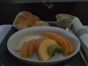 フルーツとパン。いつもと一緒。
