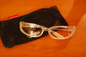 帰り道や翌日までの外出時には、このプラスチックの防護眼鏡をかけます。この眼鏡も配布されます。