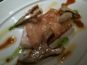 パンドミで覆われてる的鯛。アーティチョークがエッフェル塔みたい、と思ったんだった。