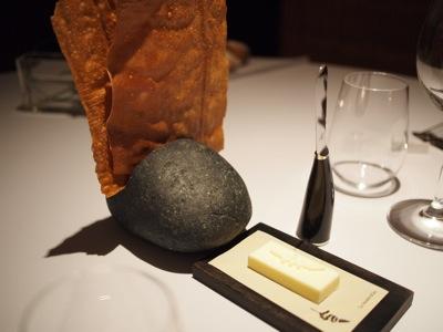 湖畔で拾った石を磨き上げてくぼみを作ったところに、薄焼きのパンが刺さってます。斬新だ。パンの味は素朴な感じ。