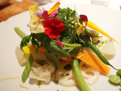 ミシェルブラスのシグネチャーディッシュ。ざっくり言うと温野菜のような料理。エディブルフラワーもいっぱいで、なんと70種類の素材が使われているのだとか。夏だと100種を越えたりもするらしい。