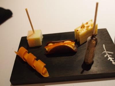 プティフールなのか、チョコレートでコーティングされたアイスなど小さいデザートの盛り合わせ