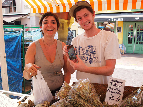 Niceの市場でiPhone4に盛上がる