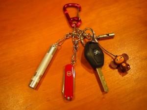 左から、ミニマグライト、コンパクトアーミーナイフ、車のキー、チェブラーシカ(直接役には立たない)、ホイッスル
