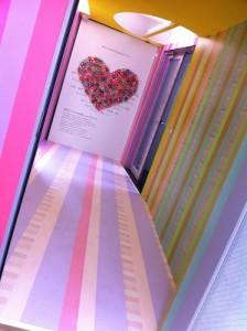 マスキングテープで壁と床一面にデコレーションされたamuのエントランス