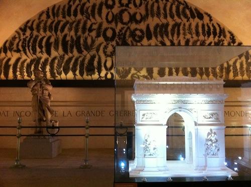 凱旋門の中の展示エリア