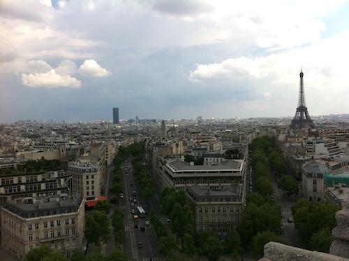 凱旋門からエッフェル塔の方向を見る