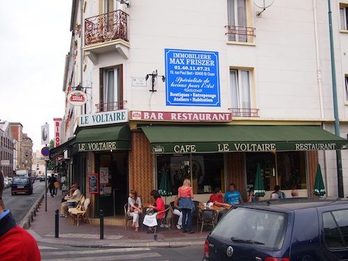 クリニャンクール蚤の市のあたりにあるカフェ LE VOLTAIRE