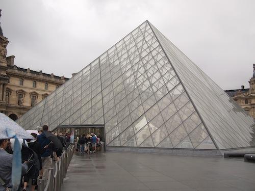 ガラスのピラミッドから入場するルーブル美術館