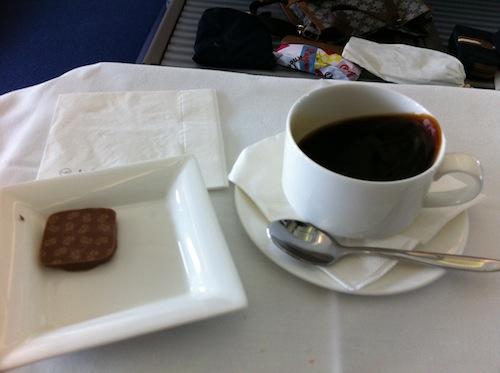 好きなチョコを選ぶ。1個だけにした。機体がけっこう揺れてた時のコーヒー。ギリ!