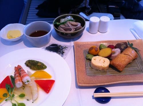 到着前のランチかな。和食選んだけど、洋食もおいしそうだったから左のお皿は多分洋食のやつ。