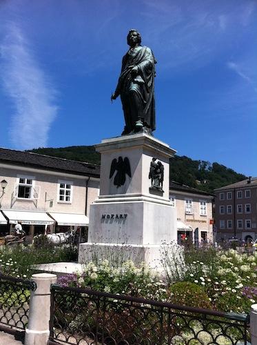 モーツァルトの銅像。Meeting Pointとしても便利。