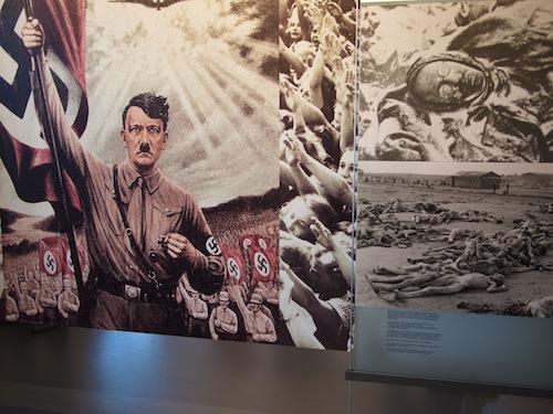 Dokumentation Center内のヒトラーのパネル