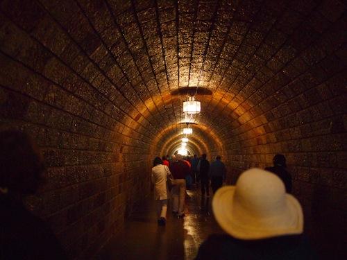 エレベーターに続くトンネル