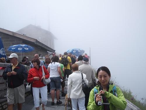 山頂は真っ白で景色が全然見えない