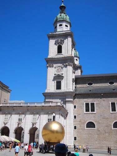 巨大な金の球体の上には人形が。写真で見ると本物の人みたい!