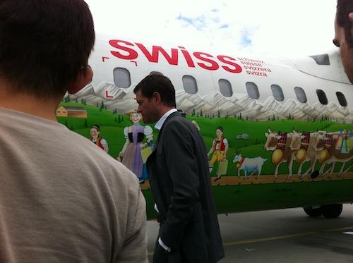 牧歌的な絵が書かれたスイス航空の機体