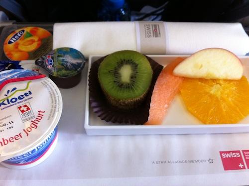 フルーツとヨーグルトの機内食