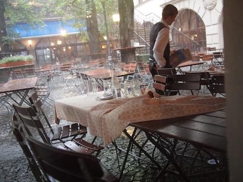 大雨でテラス席から撤収