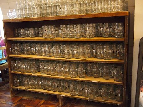 大量のビアグラス