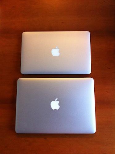 """上が今回買った11""""。下が会社の13""""のMacBook Air"""