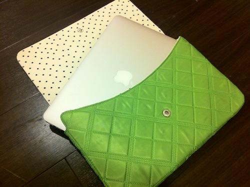 中はドット柄で、MacBook Airを入れるとこんな風