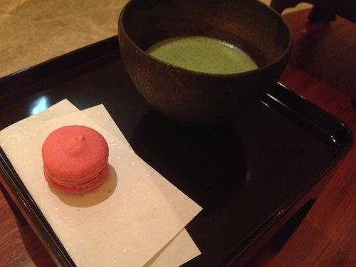 ペニンシュラスパでのマカロンとお抹茶