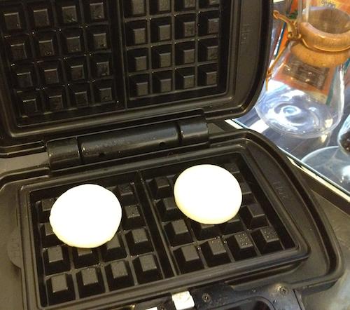 ビタントニオのワッフルメーカーのプレート上に餅を配置
