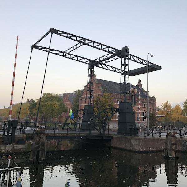 アムステルダムといえば橋!運河のある街ってほんとフォトジェニック。